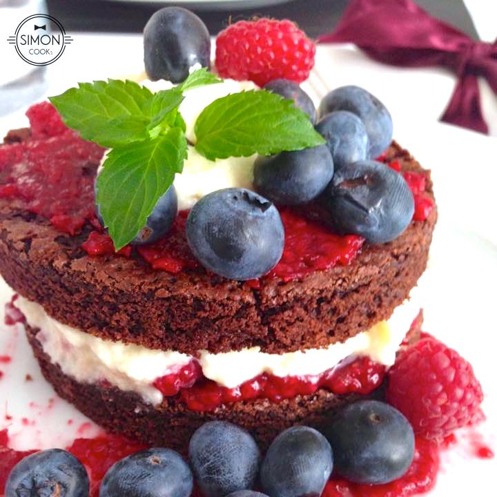 czekoladowe brownie owoce mascarpone simon cooks