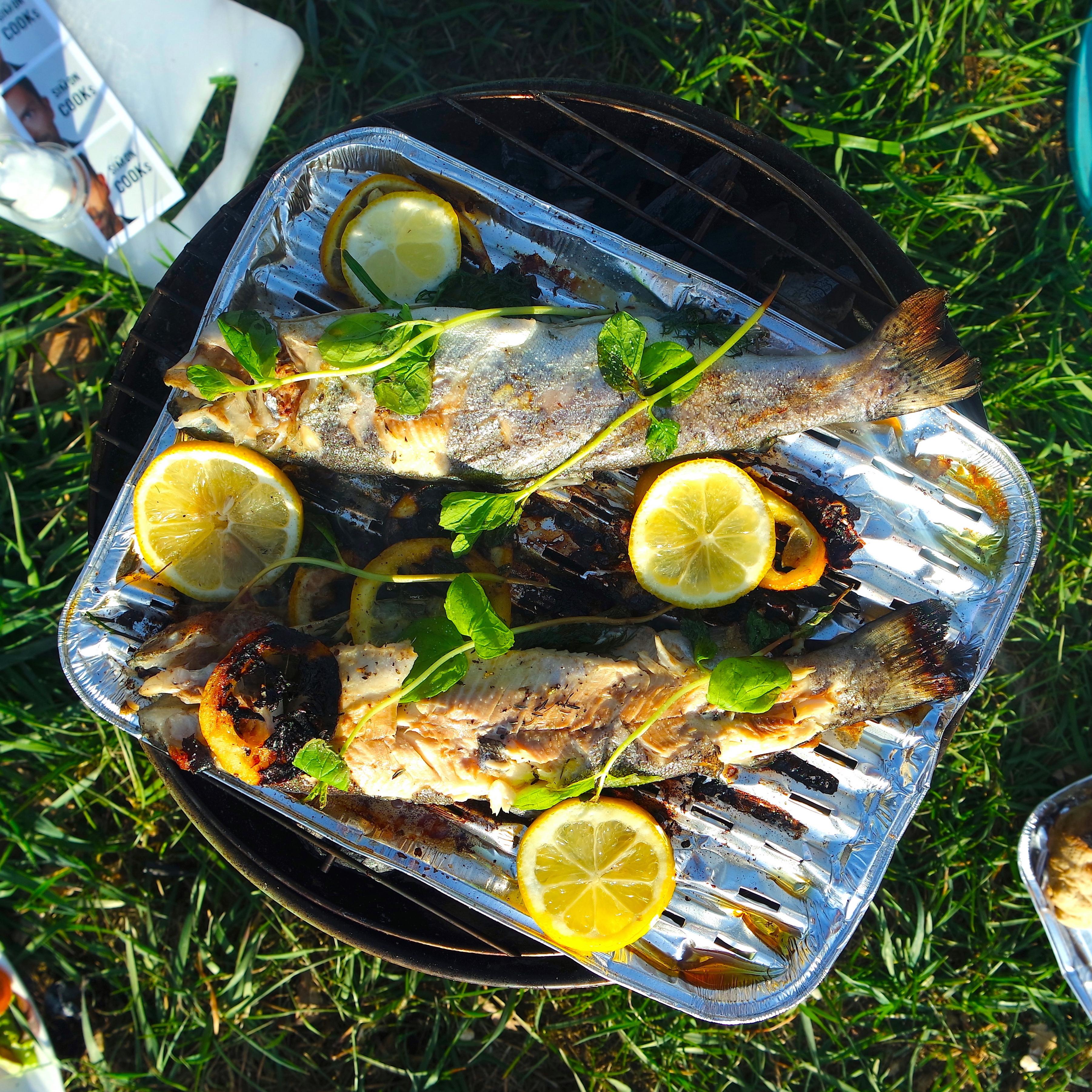 pstrąg z grilla simon cooks czocznek zioła