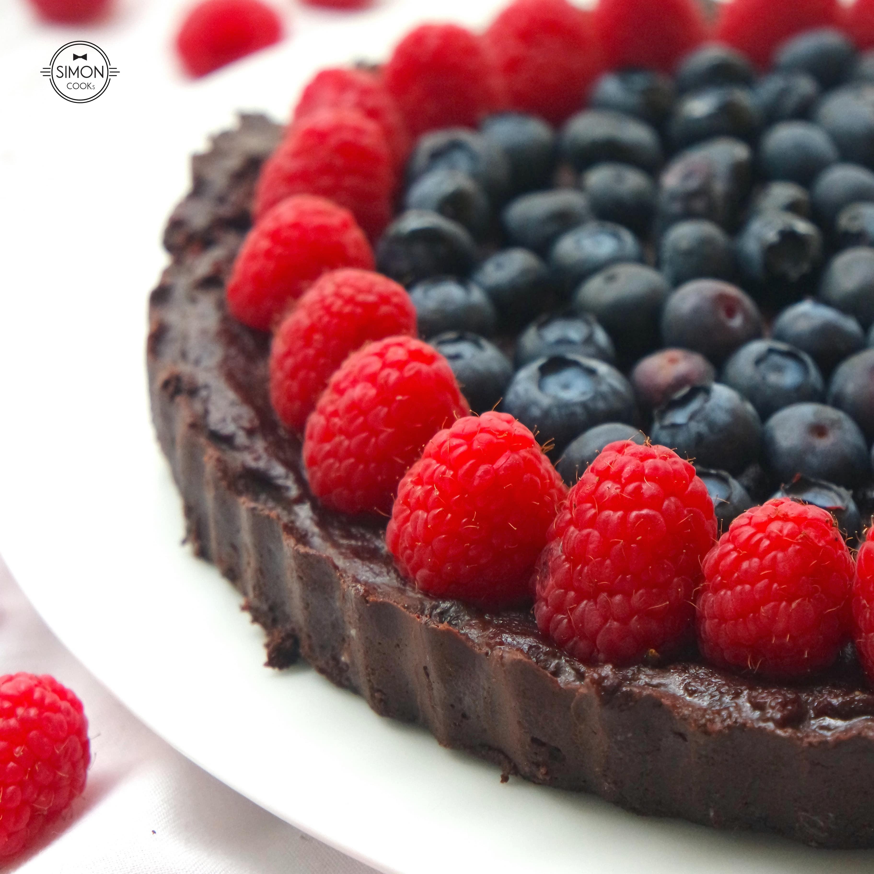 tarta czekoladowa simon cooks czekolada maliny borówki