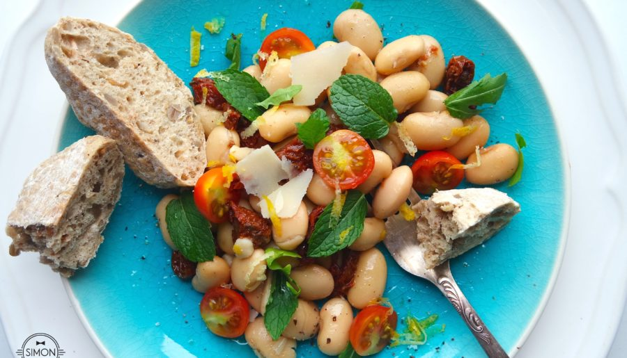 Sałatka z fasoli Jaś, suszonymi pomidorami, parmezanem i miętą