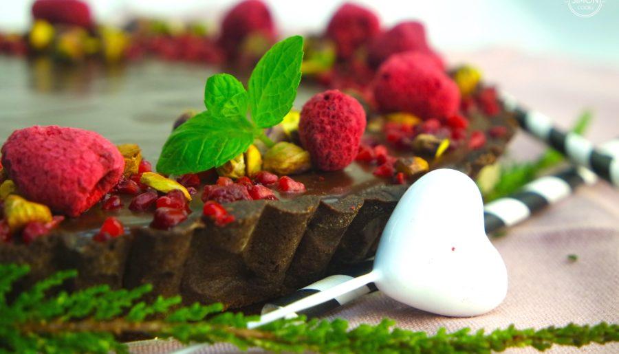 Krucha tarta czekoladowa z malinami i pistacjami