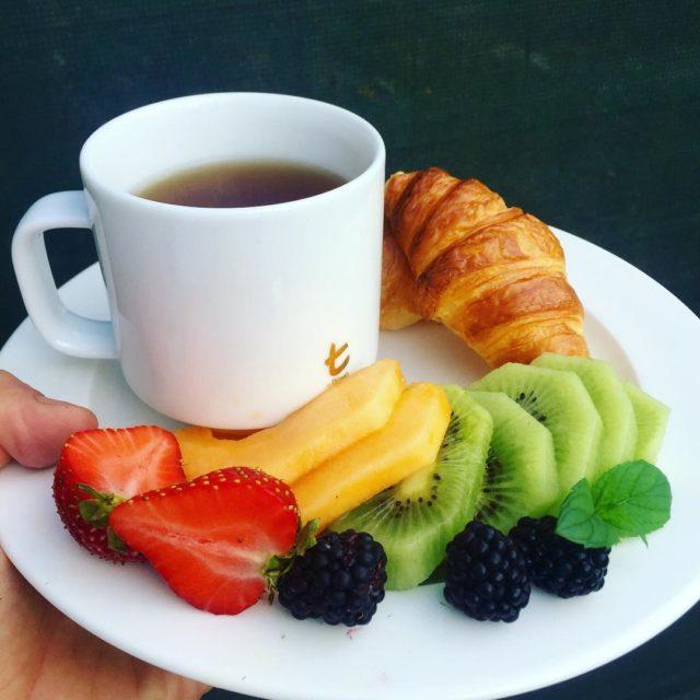 Piknego i smacznego poniedziaku tea earlgrey croissant fruits breakfast breakfastinbedhellip