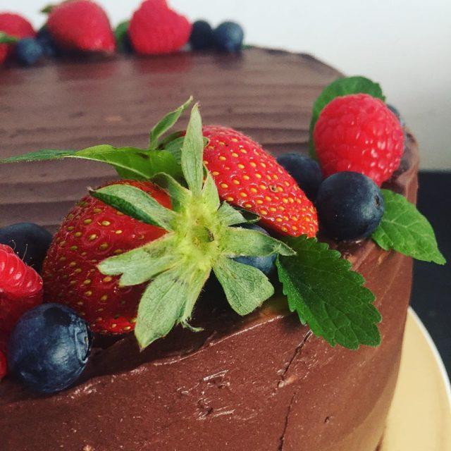 Mocno czekoladowy tort z owocami lenymi cake tort  tortynaturalnehellip