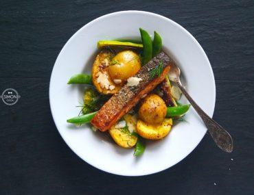 łosoś z ziołami pieczonymi ziemniakami porami simon cooks