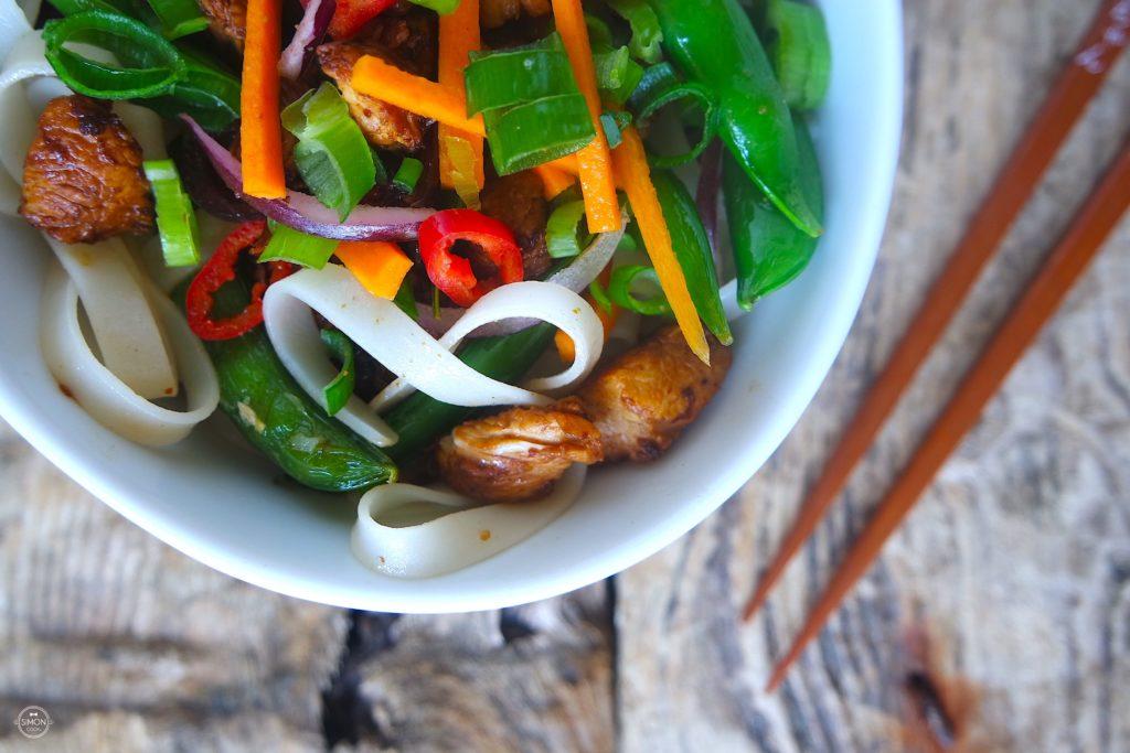 FIT makaron ryżowy z indykiem i groszkiem cukrowym simon cooks