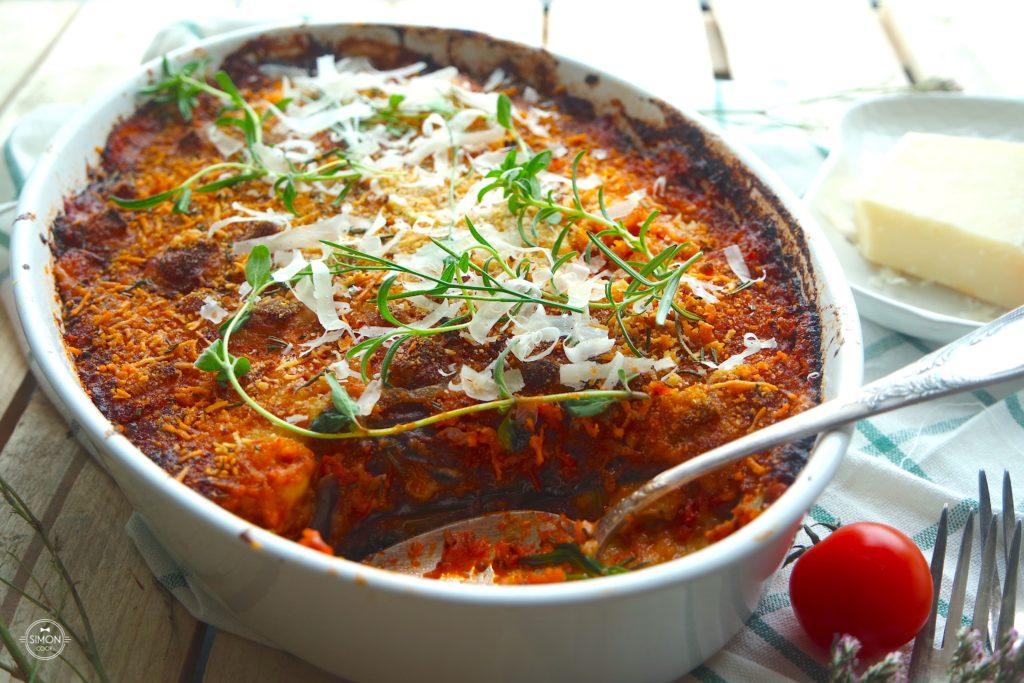 zapiekany bakłażan z domowym sosem pomidorowym oraz parmezanem i mozzarellą